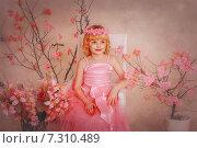 Девочка в розовом платье на фоне цветущих растений. Стоковое фото, фотограф Olena Kravchuk / Фотобанк Лори