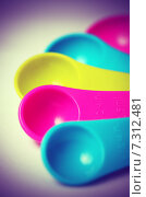 Купить «Разноцветные пластиковые мерные ложки», фото № 7312481, снято 20 апреля 2015 г. (c) Владислав Осипов / Фотобанк Лори