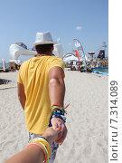 Спина мужчины на пляже (2013 год). Редакционное фото, фотограф Попова Евгения / Фотобанк Лори