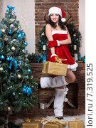 Купить «Девушка в костюме Санты с подарком», фото № 7319525, снято 27 ноября 2014 г. (c) Сергей Сухоруков / Фотобанк Лори