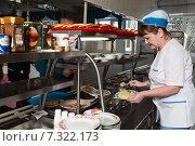 Купить «Линия раздачи еды в столовой предприятия», фото № 7322173, снято 24 октября 2014 г. (c) Владимир Мельников / Фотобанк Лори