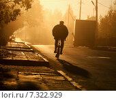 Мужчина на велосипеде едет по сельской дороге. Стоковое фото, фотограф Alexey Matushkov / Фотобанк Лори