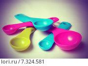 Купить «Разноцветные пластиковые мерные ложки», фото № 7324581, снято 20 апреля 2015 г. (c) Владислав Осипов / Фотобанк Лори