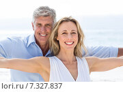 Купить «Happy couple standing by the sea arms outstretched», фото № 7327837, снято 22 октября 2014 г. (c) Wavebreak Media / Фотобанк Лори