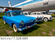 Купить «Старые советские автомобили Волга и Победа на фестивале ретро автомобилей на фоне самолета Ил-86», фото № 7328689, снято 26 апреля 2015 г. (c) vale_t / Фотобанк Лори