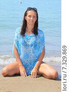 Девушка сидит на фоне моря. Стоковое фото, фотограф Елена Золотова / Фотобанк Лори