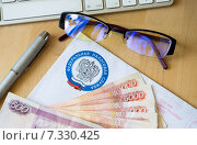 Купить «Письмо из налоговой и деньги», эксклюзивное фото № 7330425, снято 21 мая 2018 г. (c) Екатерина Тимонова / Фотобанк Лори