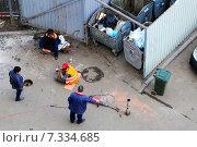Бригадир заставляет мигрантов из ближнего зарубежья работать (2015 год). Редакционное фото, фотограф demon15 / Фотобанк Лори