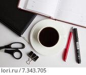 Бизнес-натюрморт с ежедневниками, ручкой и кофе (2015 год). Редакционное фото, фотограф Ника Денова / Фотобанк Лори