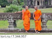 Cambodia, Siem Reap, Monks at Angkor Wat. Редакционное фото, агентство BE&W Photo / Фотобанк Лори