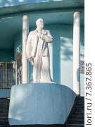 Купить «Статуя В. И. Ленина на парадном входе ФГУП Национального аэроклуба России им. В. П. Чкалова», эксклюзивное фото № 7367865, снято 10 апреля 2015 г. (c) Алёшина Оксана / Фотобанк Лори