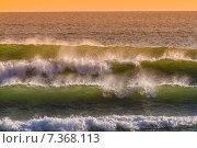 Купить «Восход солнца и блестящие волны в океане», фото № 7368113, снято 25 июня 2019 г. (c) Константин Трубавин / Фотобанк Лори