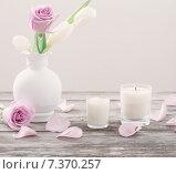 Купить «flowers in vase with scented candle», фото № 7370257, снято 6 марта 2015 г. (c) Майя Крученкова / Фотобанк Лори