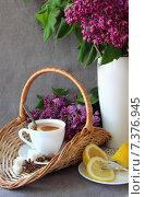 Купить «Чашка чая с лимоном  и букет сирени», фото № 7376945, снято 1 мая 2015 г. (c) Шуба Виктория / Фотобанк Лори