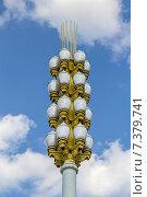 Купить «Уличный фонарь в виде хлебного колоса на Главной аллее ВДНХ на фоне голубого неба. Москва», фото № 7379741, снято 28 апреля 2015 г. (c) Владимир Сергеев / Фотобанк Лори