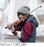 Музыкант играет на улице Арбат в Москве (2015 год). Редакционное фото, фотограф Alexnios / Фотобанк Лори