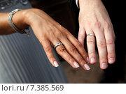 Купить «Руки молодоженов со свадебными кольцами», фото № 7385569, снято 17 августа 2010 г. (c) Морозова Татьяна / Фотобанк Лори