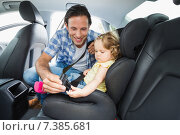 Father securing baby in the car seat. Стоковое фото, агентство Wavebreak Media / Фотобанк Лори