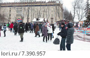 Купить «Люди у ВДНХ зимой, Москва», видеоролик № 7390957, снято 10 февраля 2015 г. (c) Кекяляйнен Андрей / Фотобанк Лори