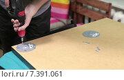 Купить «Мужчина собирает мебель с помощью электрической дрели», видеоролик № 7391061, снято 10 февраля 2015 г. (c) Кекяляйнен Андрей / Фотобанк Лори