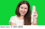 Купить «Улыбающаяся женщина держит пачку российских рублей в руке и смотрит в камеру, зеленый изолированный фон», видеоролик № 7391809, снято 5 марта 2015 г. (c) Кекяляйнен Андрей / Фотобанк Лори