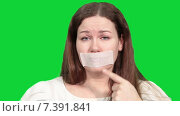 Купить «Грустная женщина показывает на липкую ленту у себя на рту, зеленый изолированный фон», видеоролик № 7391841, снято 5 марта 2015 г. (c) Кекяляйнен Андрей / Фотобанк Лори