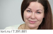 Девушка с длинными прямыми волосами смотрит в камеру с улыбкой. Стоковое видео, видеограф Кекяляйнен Андрей / Фотобанк Лори