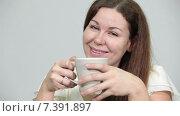 Купить «Довольная улыбающаяся девушка с чашкой в руках, крупный план», видеоролик № 7391897, снято 4 марта 2015 г. (c) Кекяляйнен Андрей / Фотобанк Лори