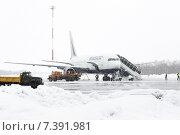 Специальная аэродромная техника возле самолета Boeing-767 (Transaero Airlines) в аэропорту Петропавловск-Камчатский во время снегопада (2015 год). Редакционное фото, фотограф А. А. Пирагис / Фотобанк Лори