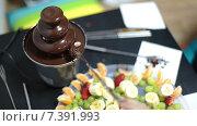 Маленький фонтан для шоколада и руки с вилками для фруктов. Стоковое видео, видеограф Кекяляйнен Андрей / Фотобанк Лори