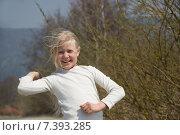 Девочка подросток замахивается, что бы кинуть камень. Стоковое фото, фотограф Александр Симонов / Фотобанк Лори