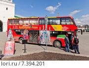 Купить «Всемирно известный красный двухэтажный экскурсионный автобус возле кремля, Казань, Республика Татарстан», фото № 7394201, снято 19 апреля 2015 г. (c) Иван Марчук / Фотобанк Лори