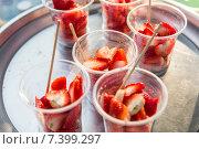 Купить «strawberry in plastic cups at street market», фото № 7399297, снято 7 февраля 2015 г. (c) Syda Productions / Фотобанк Лори
