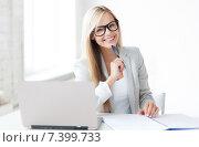 Купить «businesswoman with documents», фото № 7399733, снято 30 марта 2013 г. (c) Syda Productions / Фотобанк Лори