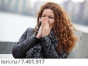 Купить «Девушка с кудрявыми волосами греет руки на ветру», фото № 7401917, снято 2 мая 2015 г. (c) Кекяляйнен Андрей / Фотобанк Лори