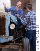 Купить «Farmers near agricultural machinery», фото № 7402121, снято 24 августа 2019 г. (c) Яков Филимонов / Фотобанк Лори