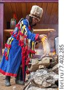 Алтайский белый шаман - кам Слава Челтуев проводит обряд почитания духов огня (2015 год). Редакционное фото, фотограф Виктория Катьянова / Фотобанк Лори