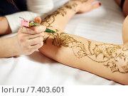 Купить «Рисование хной на женской руке», фото № 7403601, снято 25 апреля 2015 г. (c) Гурьянов Андрей / Фотобанк Лори
