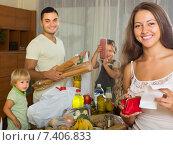 Купить «Family of four with bags of food», фото № 7406833, снято 17 июля 2018 г. (c) Яков Филимонов / Фотобанк Лори
