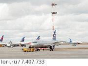 Купить «Транспортировка Airbus A320-214 (VP-BZP, E.Habarov) в аэропорту Шереметьево», эксклюзивное фото № 7407733, снято 15 апреля 2015 г. (c) Константин Косов / Фотобанк Лори