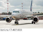 Купить «Airbus A320-214 (VQ-BIT, L.Landau) крупным планом в аэропорту Шереметьево», эксклюзивное фото № 7407833, снято 15 апреля 2015 г. (c) Константин Косов / Фотобанк Лори