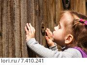 Купить «Ребёнок подсматривает в замочную скважину», фото № 7410241, снято 1 мая 2015 г. (c) WalDeMarus / Фотобанк Лори