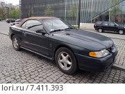 Купить «Ford Mustang 2-дверный кабриолет IV комплектация GT. Годы производства: 1995-1999», фото № 7411393, снято 1 мая 2015 г. (c) Анна Мишина / Фотобанк Лори