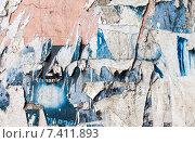 Купить «Стена с обрывками старых бумажных объявлений в качестве фона», фото № 7411893, снято 22 июля 2018 г. (c) FotograFF / Фотобанк Лори