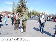 Купить «Берут интервью у ветерана 9 мая в парке Победы в Казани», фото № 7413553, снято 9 мая 2015 г. (c) Динара Х / Фотобанк Лори