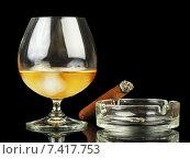 Купить «Бокал виски и раскуренная сигара», фото № 7417753, снято 8 июля 2014 г. (c) Сергей Молодиков / Фотобанк Лори