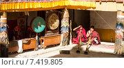 Купить «Монахи музыканты, исполняющие свои партии на ритуальных барабанах и тибетских трубах (Дунгчен) на фестивале священного танца Цам в буддийском монастыре Корзок в Гималаях, северная Индия», фото № 7419805, снято 17 июля 2012 г. (c) Олег Иванов / Фотобанк Лори