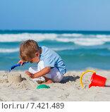Купить «Маленький мальчик играет на песчаном пляже», фото № 7421489, снято 22 февраля 2019 г. (c) Максим Топчий / Фотобанк Лори