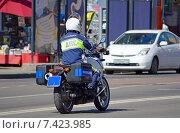 Купить «Патрульный инспектор дорожно-постовой службы (ДПС) едет на мотоцикле по улице Москвы», фото № 7423985, снято 8 мая 2015 г. (c) Александр Замараев / Фотобанк Лори
