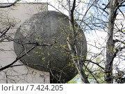 Купить «Каменный шар. Фрагмент дома. Проспект Вернадского. Москва», эксклюзивное фото № 7424205, снято 2 мая 2015 г. (c) Илюхина Наталья / Фотобанк Лори